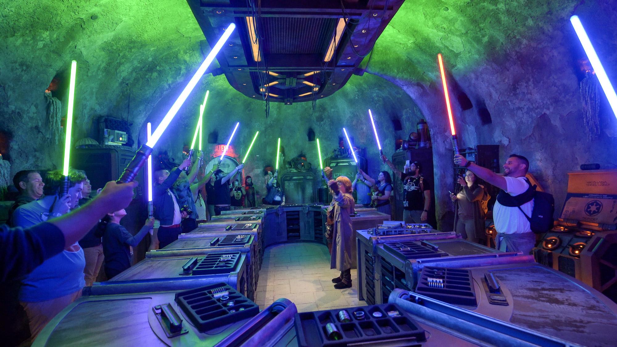 Il rituale delle spade laser del Galaxy's Edge.