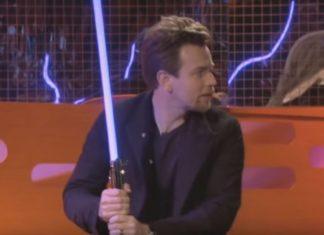 Ewan mcgregor si destreggia con la spada laser